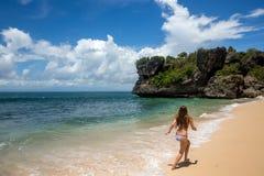 Spring för ung kvinna längs kust av havet Arkivbilder