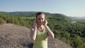 Spring för ung kvinna för löpare i berget som utomhus övar wearable teknologi för konditionbogserare Kvinnaidrottsman nenspring p stock video
