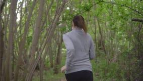 Spring för ung kvinna till och med träna som tillbaka ser arkivfilmer