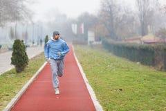 Spring för ung man Arkivbild