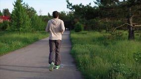 Spring för ung man i parkera på spåret Sport och sund livsstil lager videofilmer