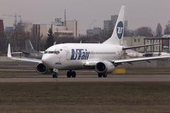 Spring för UTair flygbolagBoeing 737-500 flygplan på landningsbanan Royaltyfri Foto