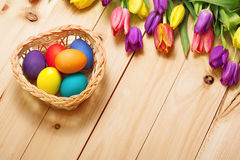 Spring Flowers bunch and easter eggs at wood floor texture. Beau Royalty Free Stock Photo