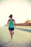 Spring för konditionkvinnalöpare på vägen Arkivbilder