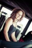 Spring på treadmillen i idrottshall royaltyfria bilder