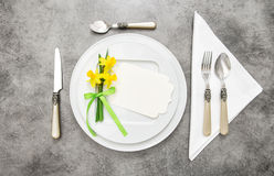 Spring table decoration with narcissus flowers Royalty Free Stock Photos