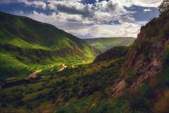 Spring Valley en montañas de Georgia, el Cáucaso Imagen de archivo
