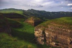 Spring Valley en montañas de Georgia, el Cáucaso foto de archivo