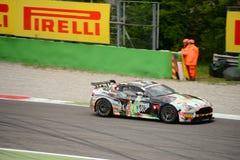 Springa för Aston Martin Vantage GT4 bil på Monza Arkivbild