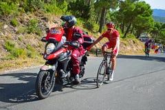Springa för cirkulering som är hållande på till motorcykelLa Vuelta España arkivbilder
