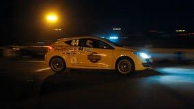 Springa för Renault Megane sportar trimmat bil på den Chayka strömkretsen, nattlopp, Kyiv, Ukraina, 09 04 2016 redaktörs- foto Royaltyfri Bild