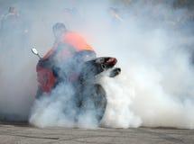 Springa: ryttare, rök och åskådare Arkivbilder