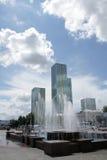 springbrunn astana för stor byggnad Arkivfoton