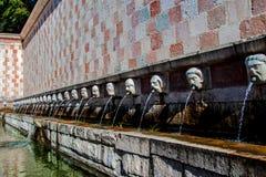 Springbrunn av 99 cannellen för utloppsrörFontana delle 99, L Aquila Arkivbilder