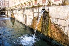 Springbrunn av 99 cannellen för utloppsrörFontana delle 99, L Aquila Royaltyfri Fotografi