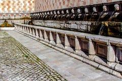 Springbrunn av 99 cannellen för utloppsrörFontana delle 99, L Aquila Arkivfoton