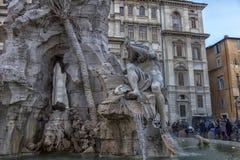 Springbrunn av de fyra floderna i bakgrunden den kyrkliga Santen Agnese i piazza Navona i Rome Arkivbild