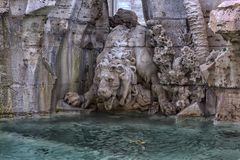 Springbrunn av de fyra floderna i bakgrunden den kyrkliga Santen Agnese i piazza Navona i Rome Royaltyfria Bilder