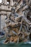 Springbrunn av de fyra floderna i bakgrunden den kyrkliga Santen Agnese i piazza Navona i Rome Royaltyfria Foton