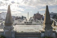 Springbrunn av de fyra säsongerna i italienareFontana delle Quattro Stagioni i piazza Giulio Cesare, Milan, Italien Arkivfoton