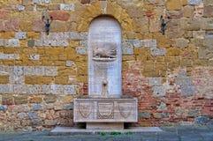 Springbrunn av den Contrada Sovrana dell'Istricen - Siena Arkivfoto