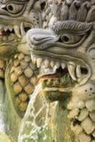 Springbrunn av drakestatyn på Bali Hot Springs i Indonesien Fotografering för Bildbyråer