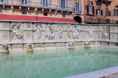 Springbrunn av glädje - en medeltida marmorspringbrunn i Siena Panel Fonte Gaia, Piazza del Campo, Siena, Tuscany Arkivbild