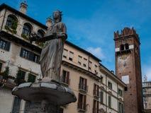 Springbrunn av madonnan i piazzadelleerbe i Verona, stad av förälskelse och romanskt ideal för par royaltyfria bilder