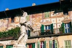 Springbrunn av madonnan Verona Lady Verona med de Mazzanti husen i bakgrunden i piazzadelle Erbe fotografering för bildbyråer