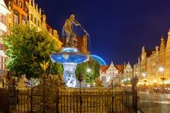 Springbrunn av Neptun i Gdansk på natten, Polen Royaltyfri Fotografi