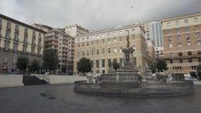 Springbrunn av Neptun på piazza Municipio och nivå i himlen i Naples lager videofilmer