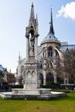 Springbrunn av oskulden och Notre-Dame de paris Royaltyfri Foto