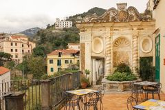 Springbrunn av skalet Minervas trädgård salerno italy arkivbilder