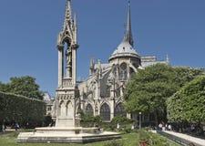 Springbrunn av vår dam bak Notren Dame Cathedral i Paris arkivbild