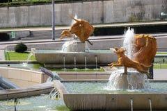 Springbrunn av Warszawaskulptursammansättning i Paris Royaltyfria Foton