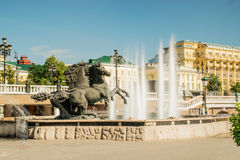 Springbrunn av Zurab Tsereteli i Alexander Garden i Moskva Arkivfoton