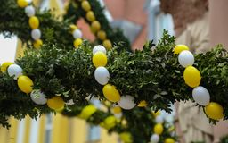 Springbrunn dekorerade påskägg Arkivbilder