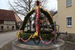Springbrunn dekorerade påskägg Arkivfoto