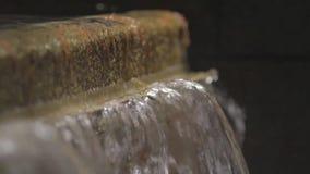 Springbrunn för flödande vatten stock video