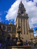 Springbrunn för Fonde DOS-cabalos av hästar i Santiago de Compostela, Galicia, Spanien, med domkyrkan på bakgrunden royaltyfri bild