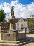 Springbrunn för krigminnesmärke i Zuelpich, norr Rhen-Westphalia, Tyskland arkivbilder