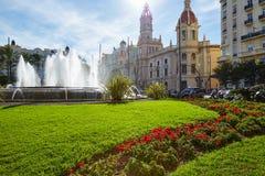 Springbrunn för Plaza för Valencia stadsAyuntamiento fyrkant royaltyfria bilder