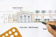 Springbrunn för vägg för landskapsarkitektdesign modern Arkivfoton
