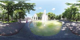 springbrunn för video 360 i mitten av Kharkov Ukraina stock video