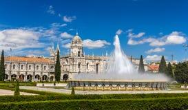 Springbrunn framme av den Jeronimos kloster i Lissabon Royaltyfria Bilder