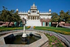 Springbrunn framme av den kungliga mausoleet i Indien Arkivfoton