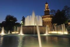 Springbrunn framme av den Sforzesco slotten i Milan, Italien Royaltyfri Bild