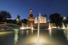 Springbrunn framme av den Sforzesco slotten i Milan, Italien Arkivfoto