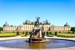 Springbrunn framme av Drottningholms slott (den kungliga slotten) Royaltyfri Foto