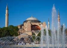 Springbrunn framme av Hagia Sofia på våren Arkivfoto